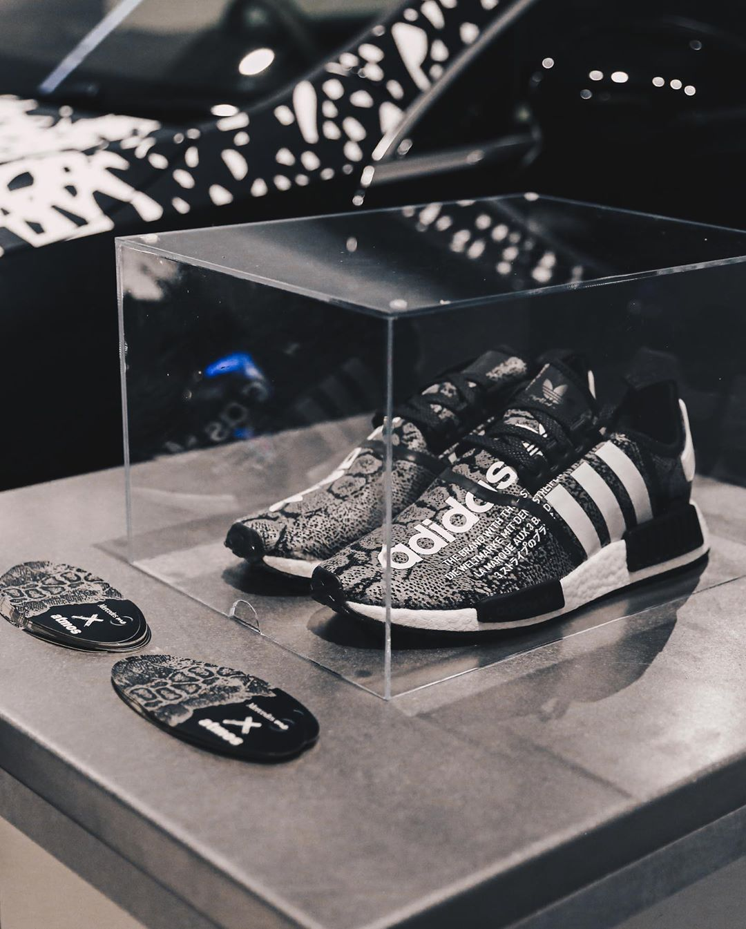 atmos-adidas-nmd-r1-g-snk-eh2204-release-20191005